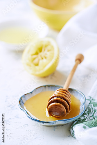 Acacia honey on a small plate; lemon in background