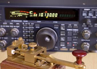古い電鍵と無線機