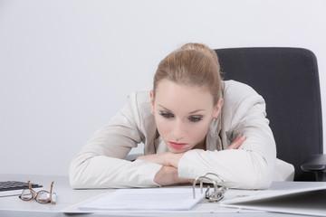 Junge Frau erschöpft im Büro