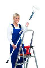 heimwerkerin im blaumann beim streichen