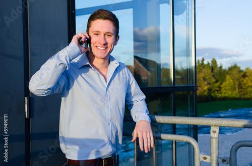 Jungunternehmer telefoniert