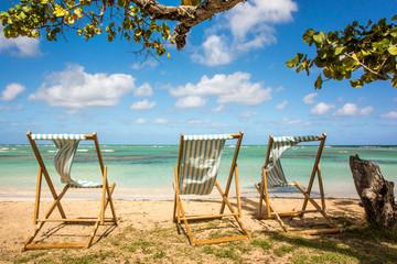 Einladung zum Entspannen: Ruheliegen an karibischem Traumstrand