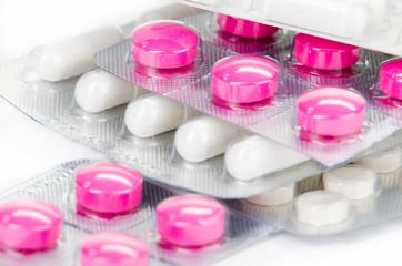 farbige tabletten gestapelt