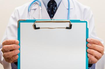 クリップボードを持つ医者