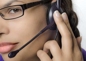 Weiblicher Callcenter Agent mit Headset im Gespräch