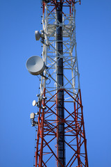 Telecommunication mast with microwave link
