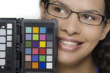 Hübsche junge Frau mit Farbwertetafel