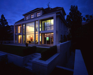 nice wiev on the largte family house in the nigth