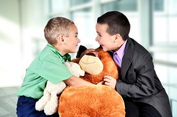 Zwei Jungen mit Bär