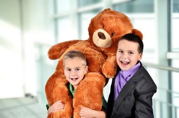 Kinder mit Teddybär