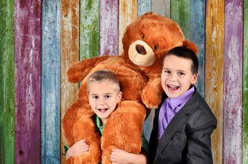 Kinder und Teddy