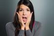Attraktive Frau schreit aus Angst oder Panik