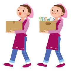 荷物を運ぶ主婦