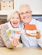 Paar Senioren mit Geld und Haus