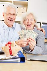 Senioren mit US-Dollar und Sparschwein