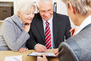 Senioren unterschreiben Beratungsprotokoll