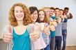 Gruppe von Jugendlichen gratuliert mit Daumen hoch