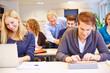 Lehrer hilft Student in Universität