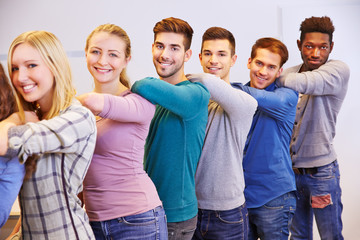 Teenager stehen hintereinander in der Schule