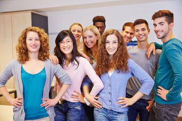 Viele Jugendliche in einem Klassenraum