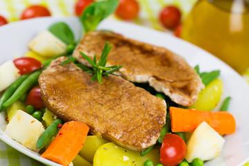Schnitzel mit Gemüse und Salat
