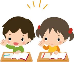 授業中に挙手する男の子と女の子
