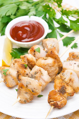 skewers of chicken with lemon, parsley and tomato sauce, closeup