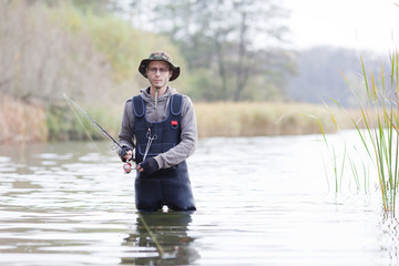 Angler mit Wathose