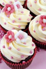 cupcake con fiori rosa e bianchi