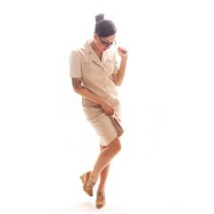 Tätowierte Frau in beigefarbenem Kleid