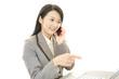 仕事に励む笑顔の女性
