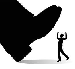 scarpa gigante che sta per calpestare un uomo
