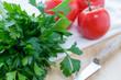 Petersilie und Tomaten
