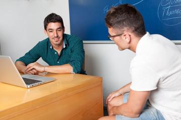 Professor mit Student in Sprechstunde