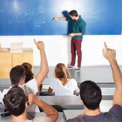 Studenten melden sich in Aula von hinten