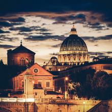 Vue de nuit de cru de la cathédrale Saint-Pierre à Rome, Italie