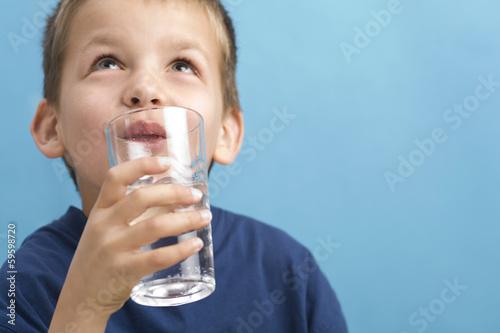trinkendes Kind - 59598720