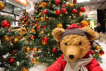 Teddybür vor einem Christbaum in einem Einkaufszentrum