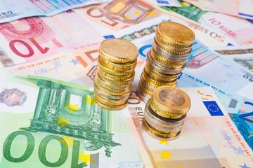 Pile di monete con banconote