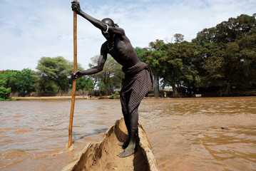 Crossing the Omo river (Ethiopia)