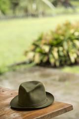 Gorro verde sobre mesa de madera, protección de agua y lluvia