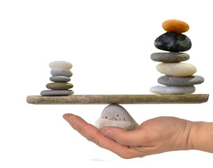 Steinpyramiden in Balance auf  Hand
