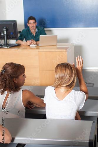 Schülerin meldet sich im Klassenzimmer