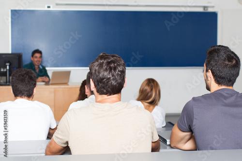 Schüler im Klassenzimmer mit Lehrer