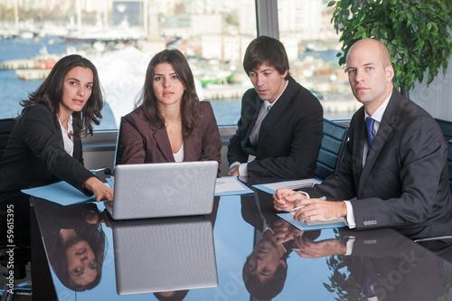 Geschäftsleute im Skyline Büro