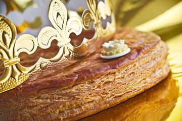 Galette des rois, couronne et fève