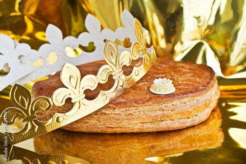 Keuken foto achterwand Dessert Galette des rois, couronne et fève