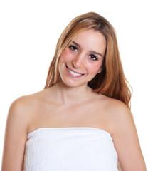 Junge Frau mit langen blonden Haaren nach einem Bad