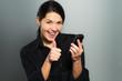 Frau jubelt wegen guter Nachrichten am Telefon