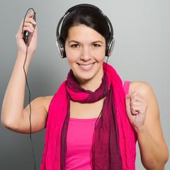 Schöne trendige junge Frau mit Kopfhörern